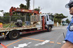 米軍北部訓練場へ資材を搬入する工事車両=11日午前7時47分、東村高江・同訓練場