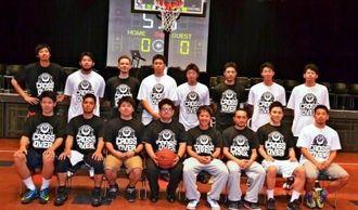 個人戦のストリートバスケットリーグ「CROSS OVER」に出場する選手と、主宰する仲村記一実行委代表(前列左から4人目)=12日、市上地のミュージックタウン音市場