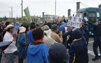 辺野古新基地:機動隊員に唾、公務執行妨害容疑で逮捕