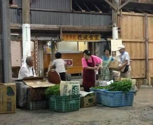 仮設店舗が建設される前の花城食堂。商品を並べる人々の姿が見られた=2015年8月撮影