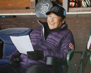 主宰するゴルフアカデミーの入会セレクションで、笑顔を見せる尾崎将司=27日、千葉市内