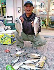 10日、西崎海岸でミナミクロダイを数釣りした宮城勝弘さん。道糸3号、ハリス1.5号、チヌ針3号