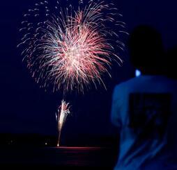 「悪疫退散」を祈願し、事前に場所を公表せずに打ち上げられた花火=1日、福岡市(多重露光)
