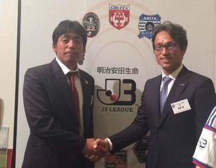 J3開幕戦で対戦するFC琉球の薩川了洋監督(左)とJリーグU22選抜の高畠勉監督=東京都内のホテル(球団提供)