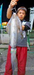 浜比嘉島でシルイチャー2.51キロを釣った安座間力さん=11日