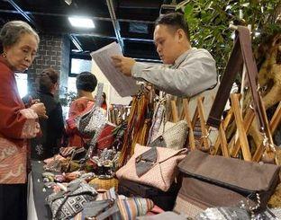 台湾の先住民族が作った伝統工芸品=14日午前、那覇市久茂地のタイムスビル