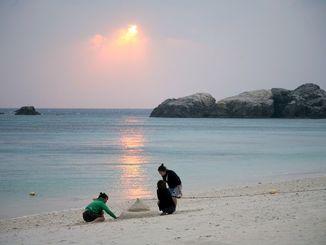 目標3千人の3倍を超える9580人の応募があった沖縄19離島モニターツアー「島あっちぃ」。写真は19離島のうちの一つ、渡嘉敷島の阿波連ビーチ