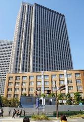 文部科学省。手前が旧庁舎、後方ビルは新庁舎の中央合同庁舎7号館東館=2015年10月、東京都千代田区