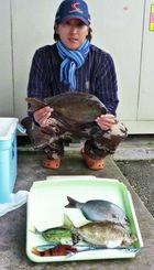 12日、安和海岸で37・5センチ、1・02キロのブチアイゴを釣った久保田翼さん。餌はオキアミ
