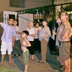 クリスマスを祝い打ち上げられる花火を見る島袋さん家族=ブエノスアイレス市内