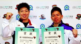 成年男子69キロ級でトータルで優勝した糸数陽一選手(右)と2位の宮本昌典選手=1日、岩手県奥州市・江刺中央体育館