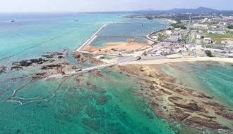 大浦湾側の護岸「K4」(中央左)から沖合に延びる「K8」護岸建設が始まり、汚濁防止膜が設置された辺野古沖合(左)=3月5日、名護市(小型無人機で撮影)