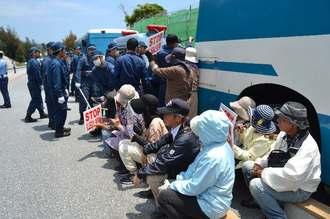 米軍キャンプ・シュワブの工事用ゲート前で座り込む市民らと、強制排除する機動隊員=1日正午、名護市辺野古