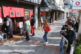外国人観光客に人気のラーメン暖暮はお昼時になると長打の列ができる=18日午後、那覇市牧志