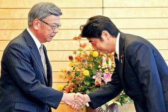 会談を前に握手を交わす翁長雄志知事(左)と安倍首相=17日午後、首相官邸