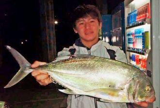 金武海岸で60・5センチ、2・3キロのオニヒラアジを釣ったシーランド那覇店スタッフの仲村時宇ラさん=16日