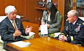 デンプシー統合参謀本部議長(右)へ新基地建設の必要性を語る中谷元・防衛相=25日、防衛省