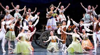 美しい演舞で舞台を盛り上げるドラマティックバレエ・ジゼルの出演者たち=18日、沖縄市民会館(下地広也撮影)
