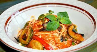 宮古島産の旬の野菜が味わえる「島野菜のトマトソースパスタ」