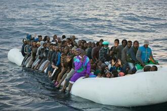 地中海ルートで欧州を目指す不法移民=2月(AP=共同)