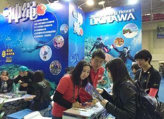 来場者に沖縄ダイビングの魅力を紹介する出展者ら=19日、上海(OCVB提供)