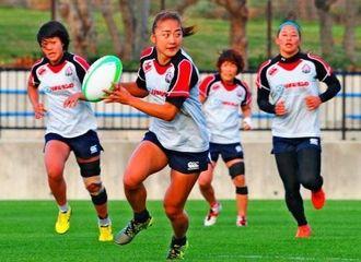合宿初日に汗を流すラグビー7人制女子の日本代表候補選手=残波岬ラグビー場