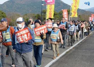 玄海原発の再稼働反対を訴え、デモ行進する集会参加者ら=2日午後、佐賀県唐津市