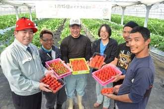 宜野座村産のイチゴをアピールする當眞淳村長(左)とイチゴ農家=15日、宜野座村