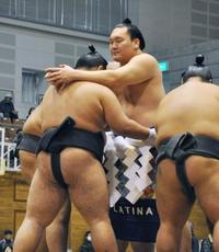 白鵬「言葉見つからない」 日馬富士引退で、冬巡業