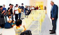 まるで「生き物」 沖縄上陸、歩く作品に驚き テオ・ヤンセン展覧会開幕【動画あり】