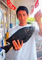 安謝港で40センチ、1・37キロのガラサーミーバイを釣った仲里海斗さん=8月14日
