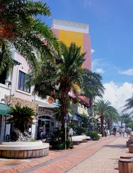 米軍基地内の感染が確認されて以降、人通りがまばらな美浜の飲食店街=14日、北谷町美浜