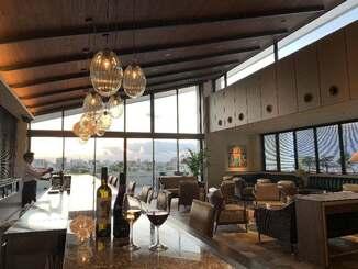 ザ・ナハテラスの新棟「アネックス」のレストラン「La SIMA」のバースペース=8日、那覇市