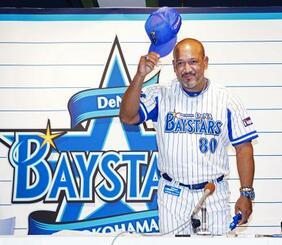 退任の記者会見を終え、あいさつするプロ野球DeNAのアレックス・ラミレス監督=24日、横浜スタジアム(代表撮影)