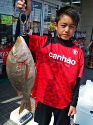 本部の海岸で55.2センチ、2.51キロのタマンを釣った赤嶺祐也さん=5日