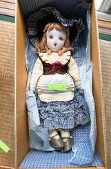 部屋に100体以上並んでいた姉の手縫いの人形。収納箱も丁寧に手作りされていた(提供)