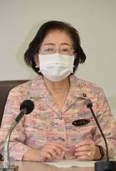 那覇市内のこども園に通う園児に新型コロナウイルス感染が確認されたことを発表する城間幹子那覇市長=24日午前、那覇市役所