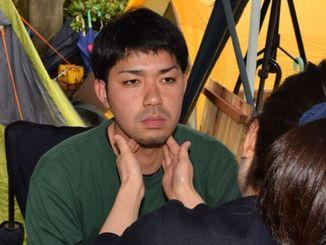 ドクターチェックを受ける「辺野古」県民投票の会の元山仁士郎代表=17日、宜野湾市役所前