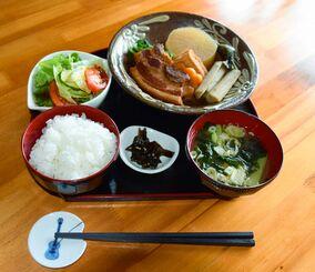 バランス良く作られた日替わりランチ。この日のメニューは煮付け。美也子さんは「仕入れに行ってその日一番おいしそうな食材を見つけてメニューを決めている」と話す