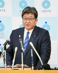 記者会見で日本人宇宙飛行士の新規募集を発表する萩生田文科相=23日午前、文科省