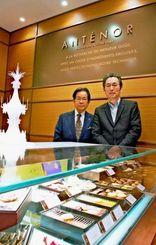 高級洋菓子のブランド「アンテノール」をリウボウに出店するエーデルワイス沖縄の比屋根毅会長(左)、リウボウインダストリーの糸数剛一社長=デパートリウボウ