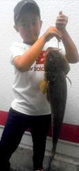 泡瀬漁港で67・5センチ、2・2キロのコチを釣った金城悠真さん=8月30日