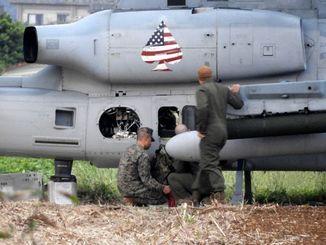不時着したヘリを点検する米軍関係者