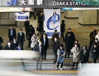 新型コロナウイルスの緊急事態宣言が解除され、マスク姿で歩く通勤客ら=1日午前、JR大阪駅前