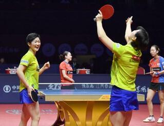 女子ダブルス決勝で韓国ペア(奥)を破り、初優勝を喜ぶ木原(手前左)、長崎組=鄭州(共同)