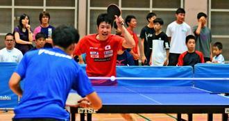 県民の前で公開練習する水谷隼ら全日本男子ナショナルチーム=宜野湾市立体育館