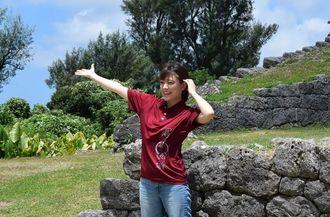 勝連城跡で撮影に臨む女優の福田沙紀さん=28日、うるま市の勝連城跡