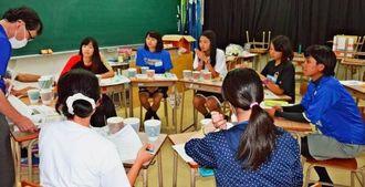 プロジェクトのスケジュールなどについて話し合うメンバーら=9月26日、うるま市の具志川高校