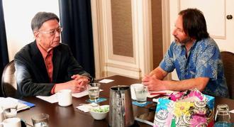 生物多様性センターのピーター・ガルビン氏(右)と意見交換する翁長雄志知事=11日、米サンフランシスコ(県提供)