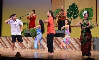 スペシャルゲストを迎え華麗なショーを披露したハワイアンショー=2日午後9時すぎ、宮古島市のマティダ市民劇場